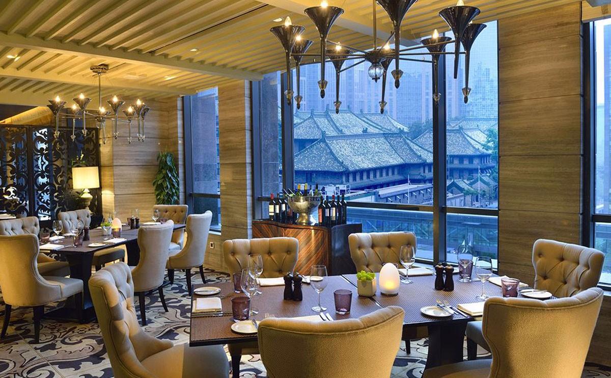 焰吧扒房:在极具现代感的氛围中透过宽大的落地玻璃窗,古老北京的格调即刻映入您的眼帘,让您感受完美的用