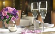客房服務 - 客人亦可安坐舒適的客房中,從容進餐,體驗奢華的環球美食之旅。 不論是滋味早點、輕怡午餐