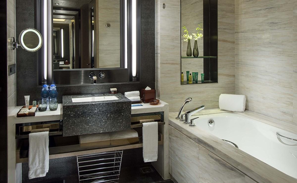 现代简约的洗手间设计,淋浴和浴缸分开