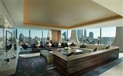 总统套客厅 - 超大落地窗把首都繁华景色和北京的传统风貌一览无遗