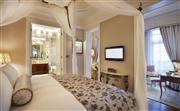 华尔道夫临江套房 - 拥有55至65平方米的开阔空间,装点华丽。