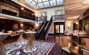 万卷廊 - 昔日辉煌的图书馆,曾经拥有近13,000册藏书,文化底蕴深厚。