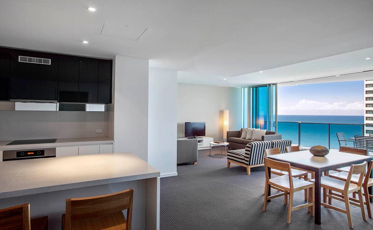 海景、陽臺、獨立起居區和就餐區、廚房、無線上網、寬敞窗戶 這一現代時尚的開放式公寓設有私人陽臺,可透過寬敞窗戶盡情觀賞沖浪者天堂和太平洋的絕美景觀。設施齊全的廚房、洗衣房和兩間浴室可讓您盡享額外空間和愜意舒適。 該公寓設有內配時尚沙發和沙發床的獨立起居區、帶座椅的餐桌和三間內配希爾頓 Serenity Bed 睡床的臥室。