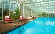 游泳池,与家人畅游在25米长的自然采光泳池中,温暖的阳光和美丽的屋顶花园更添乐趣。