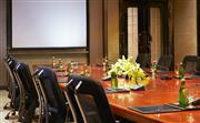 董事会议室最多可容纳14位客人,配备先进的音响和视频设备。