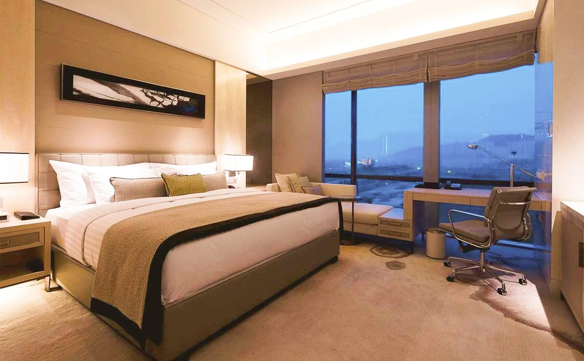 希尔顿客房 – 客房位于酒店6-20层,房间内典雅温馨,浴室空间敞阔