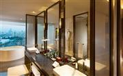 总统套房洗手间,浴缸旁为落地窗,正对海上世界灯光水秀表演区