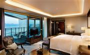 总统套房卧室,舒适的serenity bed, 床正对海景