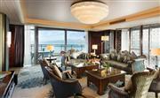总统套房面积323平米,客厅两面都看到海景
