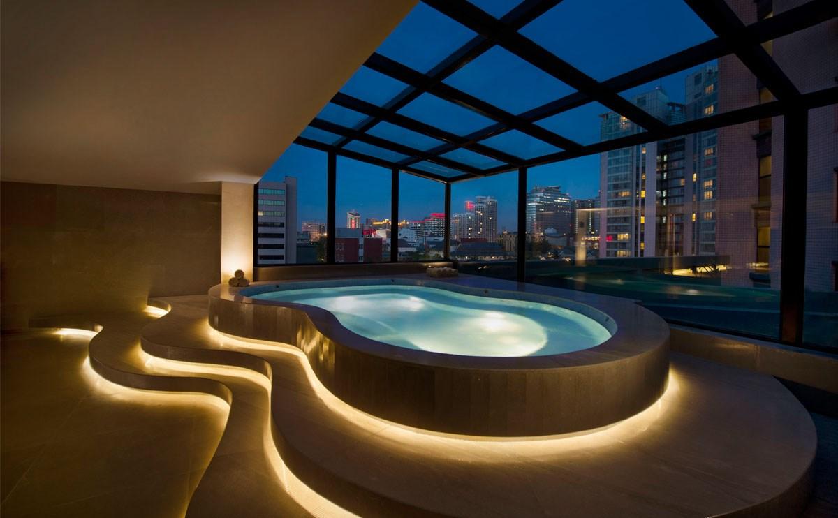 酒店天窗泳池,可供您在天幕下自由畅泳