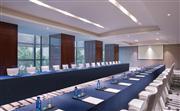 此会议室自然采光,可根据会议需求分为两个53与一个105平米的小型多功能厅,最多可容纳138人举行会