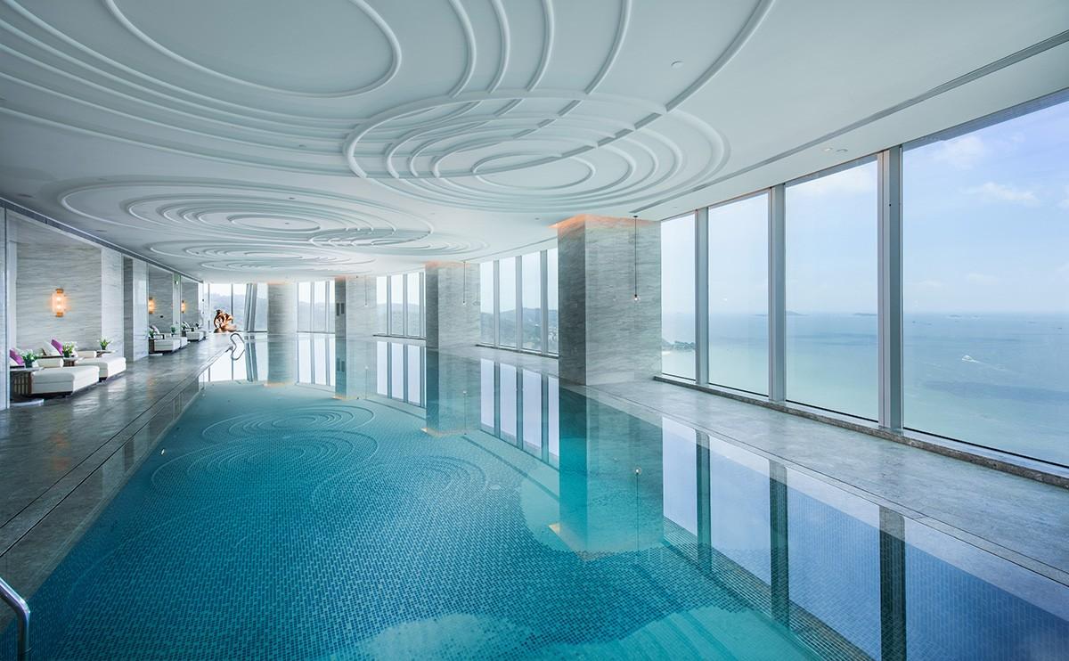 位于37楼的25米长室内无边全海景恒温泳池、桑拿池,让您入住期间充分放松身心。