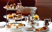 红丝绒下午茶 - 传统的三层点心架上精心摆放着精致小巧的三明治、糕点、各种开胃小点。