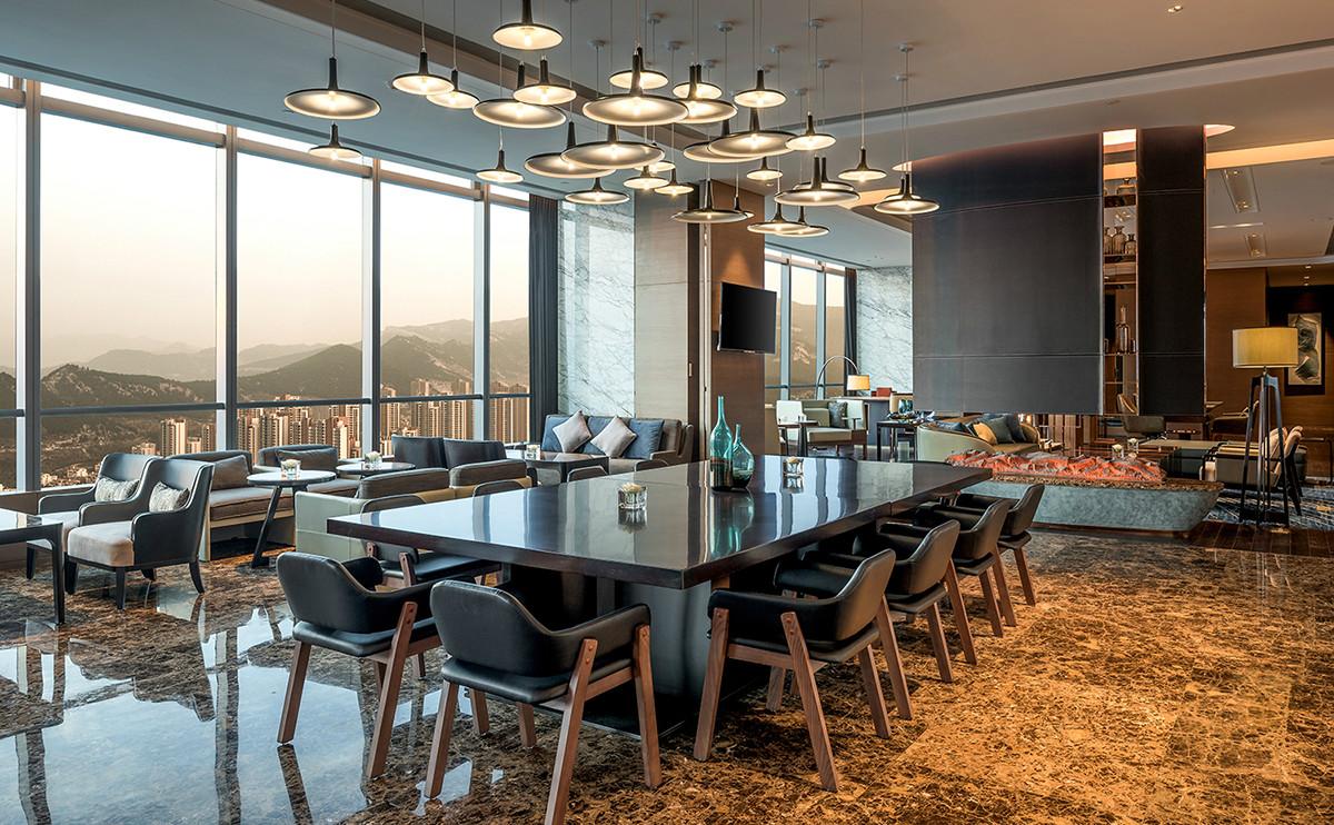 酒廊位于34层,让您在放松身心的同时,欣赏窗外美景-济南鲁能希尔顿