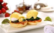 送餐服务 - 顾客在客房内便可轻松享受到华尔道夫特色美馔、当地美味和酒店餐厅的招牌菜品。