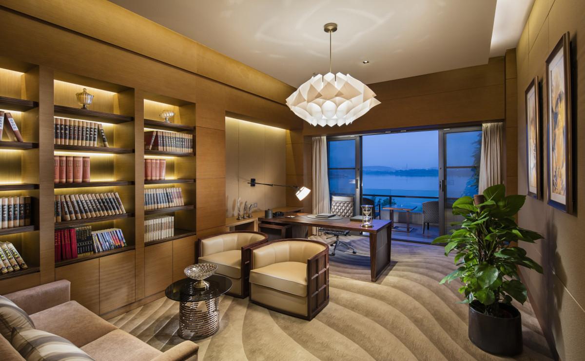255平米總統套房擁有獨立臥室,書房,客廳,廚房,湖景浴室及寬敞度假湖