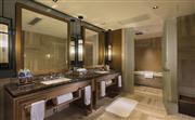希尔顿豪华套房 - 浴室