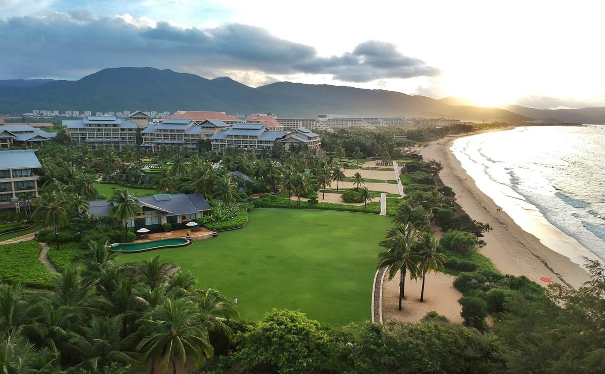 室内面积约235平米的海滩别墅临海而建,配有独立泳池、厨房、客厅和餐厅,两个带有独立浴室和卫生间的卧室,适合家庭及小团队入住,优越的位置和高配的设施更加适合高端聚会和婚礼。您可以在阳台上欣赏海景或者举步抵达海滩,尽情沐浴在和煦阳光和私人泳池优雅放松。周到的客房管家将为您的度假之旅提供更多个性服务。 别墅布置优雅,将现代化中国南部的设计风格同海南本地特色相结合。客房内包括宽大敞亮的私人阳台、高清电视、独立的梳妆台或衣帽间、保险柜、分离式淋浴房,手持式花洒、熨斗、体重秤、迷你吧、私家花园等齐全布置和私密体验。
