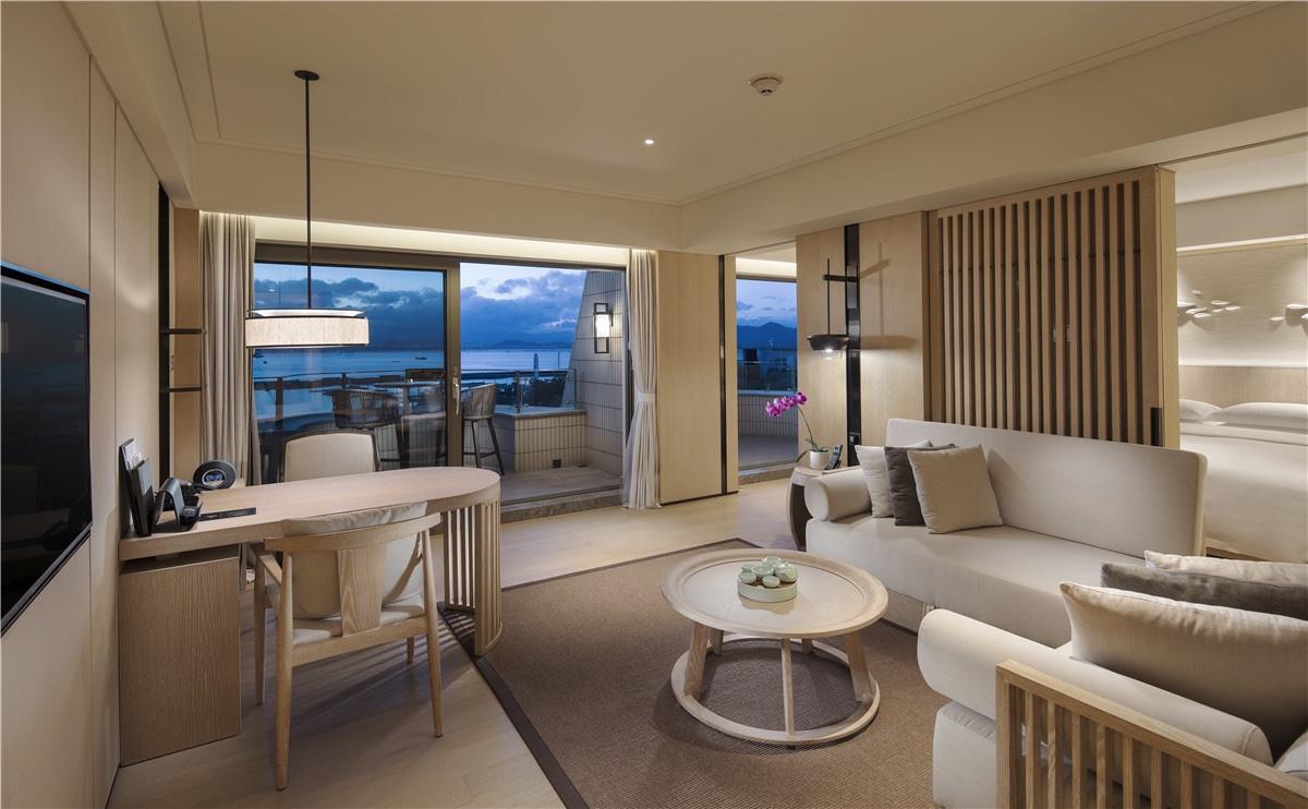 南海翼临海套房客厅,可从房间阳台眺望深圳湾无敌海景
