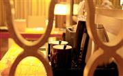 酒店房间配备迷你吧、保险箱等设备