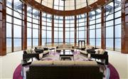 总统套房待客区舒适大气,落地玻璃窗一览窗外美景