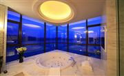 总统套房配有一间优雅的大理石浴室,包括独立的雨水淋浴间和带有内嵌液晶电视的浴缸。