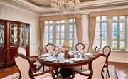 华尔道夫至尊临江套房 - 独特呈现120平方米的开阔空间,含一间卧室,装点华丽。