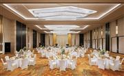 940平方米的富贵宴会厅可容纳至少800位宾客,配备先进的视听设备为您营造美仑类换的场景