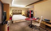 小套房-50平米客房,工作空间配备超大书桌和符合人体工学特质的椅子