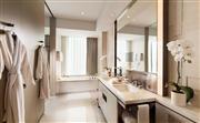 浴室 - 洗手间配有植入镜面的液晶电视和Shanghai Tang品牌的洗浴用品,带有地暖