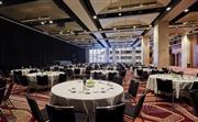 我們的大宴會廳非常適合舉辦各種慈善活動,可提供早餐、午餐或晚餐,最多可容納 700 位賓客。